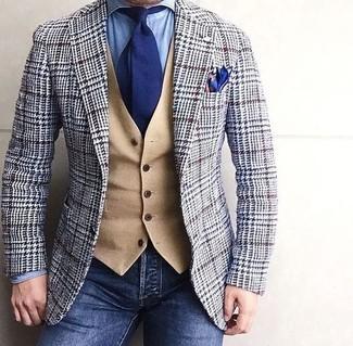 La polyvalence d'un blazer en laine en pied-de-poule gris et d'un jean bleu marine en fait des pièces de valeur sûre.