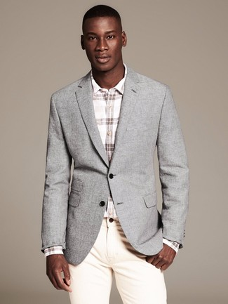 Cómo combinar: blazer gris, camisa de manga larga a cuadros blanca, vaqueros en beige