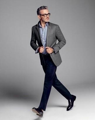 Cómo combinar: blazer de lana gris, camisa de manga larga de cuadro vichy azul, pantalón de vestir azul marino, zapatos oxford de cuero negros