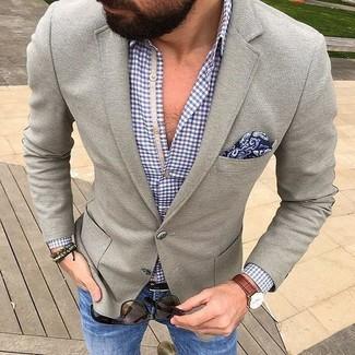 Cómo combinar: blazer de lana gris, camisa de manga larga de cuadro vichy azul, vaqueros azules, pañuelo de bolsillo de paisley azul marino
