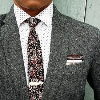 Cómo combinar: blazer de lana gris, camisa de vestir a lunares blanca, corbata con print de flores negra, pañuelo de bolsillo en blanco y marrón