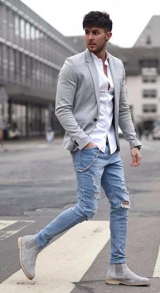 Cómo combinar: blazer de lana gris, camisa de vestir blanca, vaqueros desgastados celestes, botines chelsea de ante grises