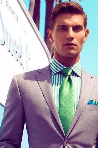 Cómo combinar: blazer gris, camisa de vestir de rayas verticales verde, corbata a lunares verde, pañuelo de bolsillo en azul marino y verde