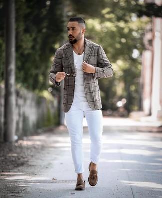Cómo combinar: blazer de tartán gris, camiseta con cuello circular blanca, vaqueros pitillo blancos, mocasín con borlas de ante marrón