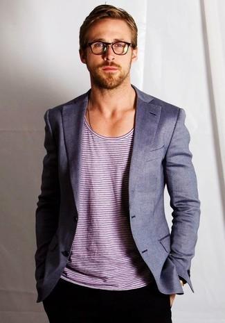 Cómo combinar: blazer gris, camiseta con cuello circular de rayas horizontales blanca, pantalón chino negro