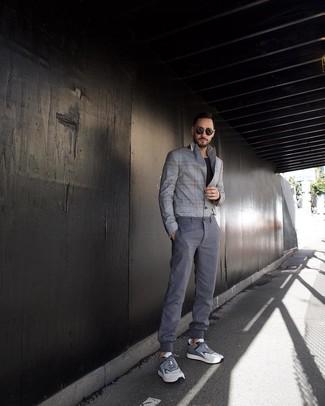 Cómo combinar: blazer de tartán gris, camiseta con cuello circular negra, pantalón chino gris, deportivas grises