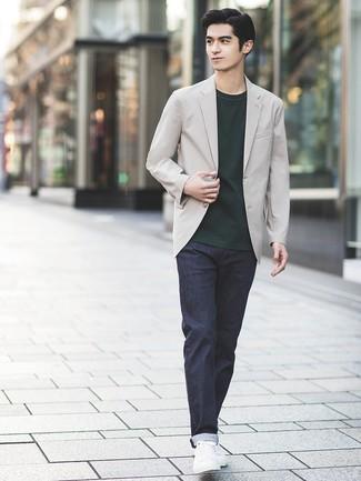 Cómo combinar: blazer gris, camiseta con cuello circular verde oscuro, vaqueros azul marino, tenis de cuero blancos