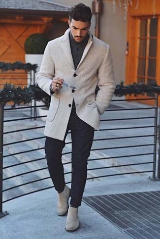 Cómo combinar: blazer de lana gris, cárdigan en gris oscuro, pantalón chino negro, botines chelsea de ante grises