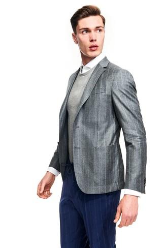 Cómo combinar: blazer de rayas verticales gris, jersey con cuello circular gris, camisa de vestir blanca, pantalón de vestir de rayas verticales azul marino