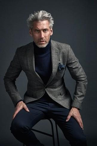 Cómo combinar: blazer de lana a cuadros gris, jersey de cuello alto azul marino, pantalón chino negro, pañuelo de bolsillo a lunares azul marino