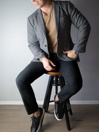 Cómo combinar: blazer de espiguilla gris, jersey de pico marrón claro, pantalón de vestir de lana negro, tenis de cuero negros
