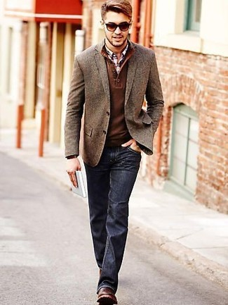 This pairing of a brown wool blazer and navy jeans is hard proof that a simple look doesn't have to be boring. Show your sartorial prowess with a pair of dark brown leather derby shoes. As days are getting cooler, you'll see that an ensemble like this is perfect for fall.
