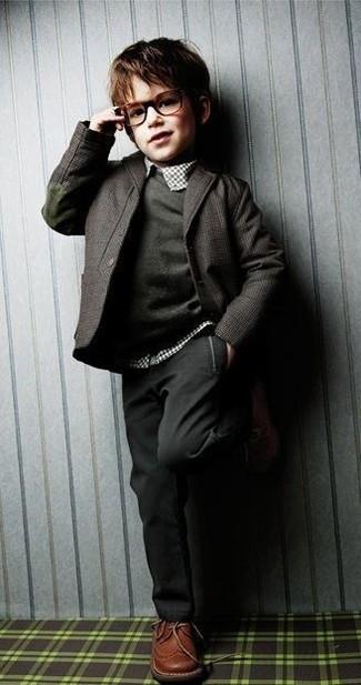 Cómo combinar: blazer en gris oscuro, jersey en gris oscuro, camisa de manga larga de tartán blanca, pantalones en gris oscuro