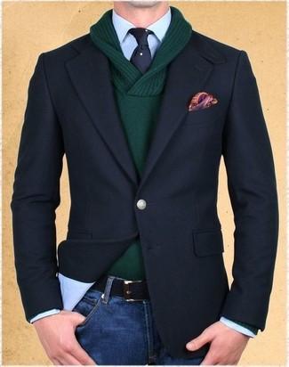 Cómo combinar: blazer negro, jersey con cuello chal verde oscuro, camisa de vestir celeste, vaqueros azules