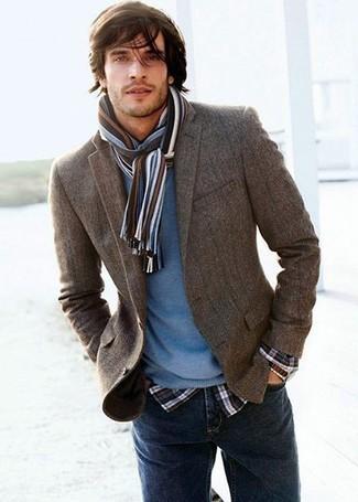 Cómo combinar: blazer en gris oscuro, jersey con cuello circular azul, camisa de manga larga de tartán en negro y blanco, vaqueros azul marino