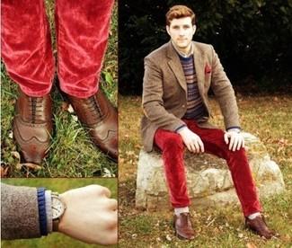 Cómo combinar: blazer de lana marrón, jersey con cuello circular de grecas alpinos azul marino, camisa de manga larga gris, vaqueros de terciopelo rojos