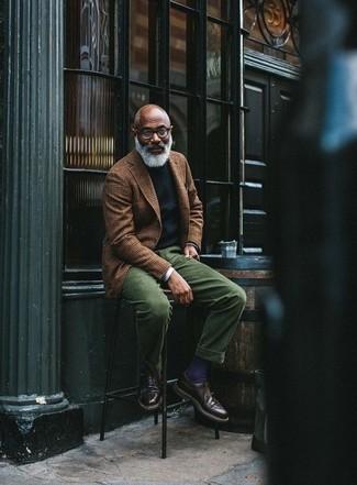 Cómo combinar: blazer de lana de tartán marrón, jersey con cuello circular negro, camisa de manga larga blanca, pantalón de vestir de pana verde oscuro
