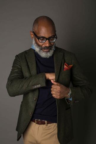 Cómo combinar: blazer de lana verde oscuro, jersey con cuello circular azul marino, camisa de manga larga de cambray azul, pantalón chino marrón claro