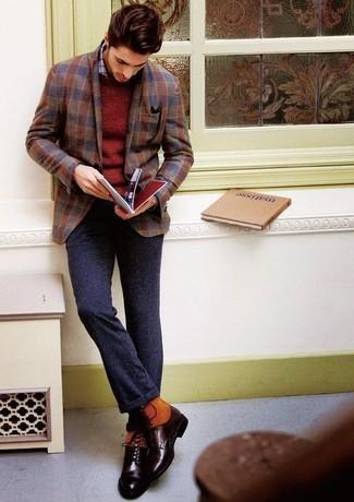 Cómo combinar: blazer de lana de cuadro vichy marrón, jersey con cuello circular burdeos, camisa de manga larga a cuadros gris, pantalón de vestir de lana en gris oscuro