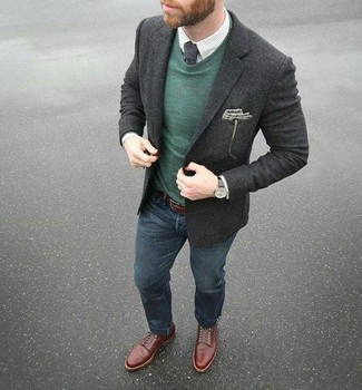 Cómo combinar: blazer de lana en gris oscuro, jersey con cuello circular verde oscuro, camisa de vestir a cuadros blanca, vaqueros azul marino