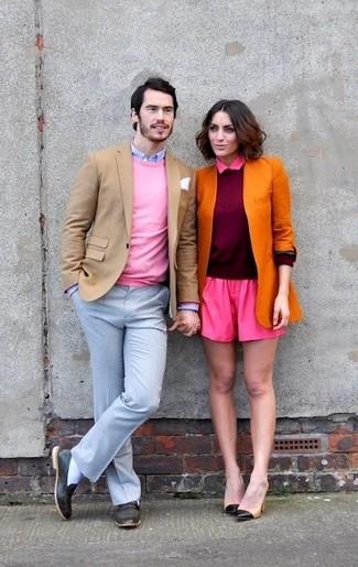 Cómo combinar: blazer marrón claro, jersey con cuello circular rosado, camisa de vestir celeste, pantalón de vestir celeste