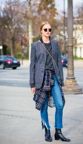 Cómo combinar: blazer de lana de rayas verticales en gris oscuro, jersey con cuello circular en gris oscuro, camisa de vestir de tartán en azul marino y verde, vaqueros azules