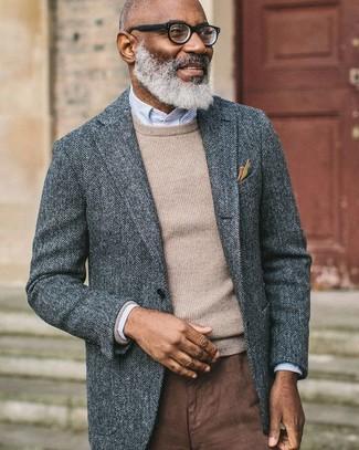Ponte un blazer de lana de espiguilla gris y un pantalón chino marrón para lograr un look de vestir pero no muy formal.