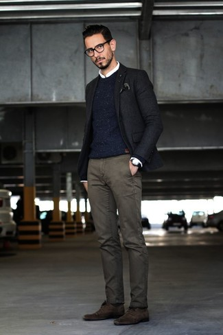 Cómo combinar: blazer negro, jersey con cuello circular de punto azul marino, camisa de vestir blanca, pantalón chino en gris oscuro
