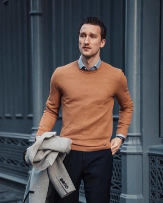 Cómo combinar: blazer de lana gris, jersey con cuello circular marrón claro, camisa de vestir celeste, pantalón de vestir azul marino