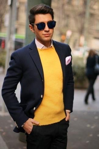 Cómo combinar: blazer de lana azul marino, jersey con cuello circular amarillo, camisa de vestir rosada, pantalón chino negro