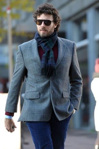 Cómo combinar: blazer de lana a cuadros gris, jersey con cuello circular burdeos, camisa de vestir celeste, vaqueros de pana azul marino