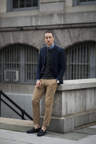 Cómo combinar: blazer de lana azul marino, jersey con cuello circular negro, camisa vaquera azul, pantalón chino marrón