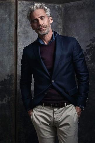 Cómo combinar: blazer de lana azul marino, jersey con cuello circular morado oscuro, camisa vaquera azul marino, pantalón chino en beige