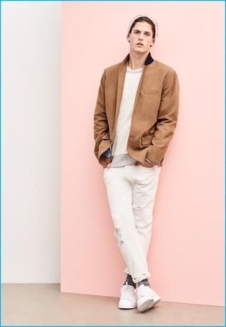 Cómo combinar: blazer marrón claro, jersey con cuello circular en beige, camiseta con cuello circular blanca, vaqueros desgastados blancos