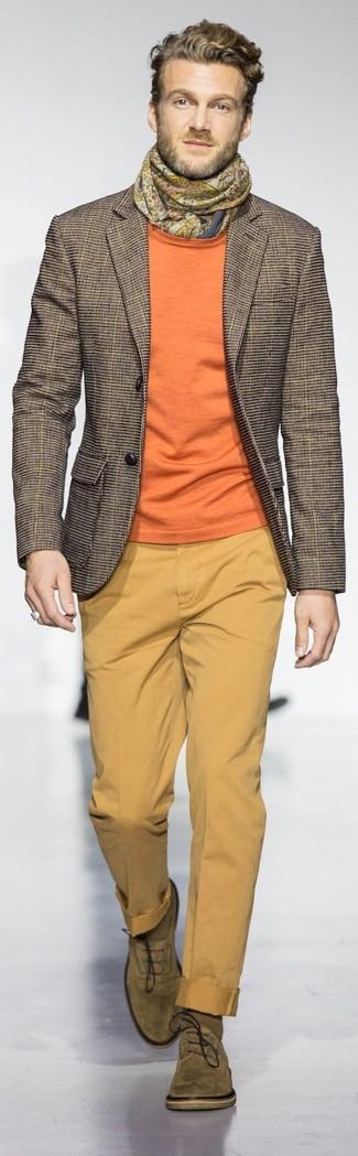 Cómo combinar: blazer a cuadros marrón, jersey con cuello circular naranja, pantalón chino mostaza, zapatos oxford de ante verde oliva