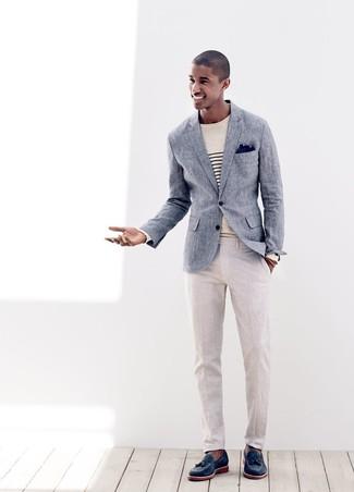 Cómo combinar: blazer de lino azul, jersey con cuello circular de rayas horizontales en beige, pantalón de vestir de lino en beige, mocasín con borlas de cuero azul marino