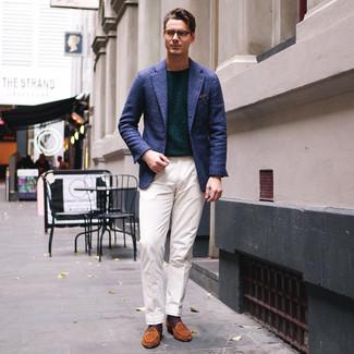 Cómo combinar: blazer de tartán azul marino, jersey con cuello circular verde oscuro, pantalón de vestir blanco, mocasín de ante en tabaco