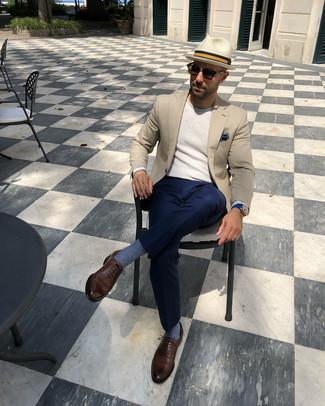 Cómo combinar: blazer en beige, jersey con cuello circular en beige, pantalón de vestir azul marino, zapatos oxford de cuero marrónes