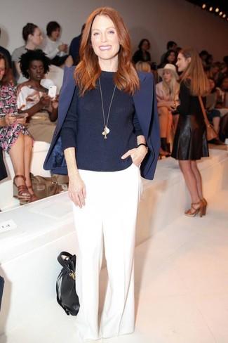 Los días ocupados exigen un atuendo simple aunque elegante, como un blazer azul marino y unos pantalones anchos blancos.