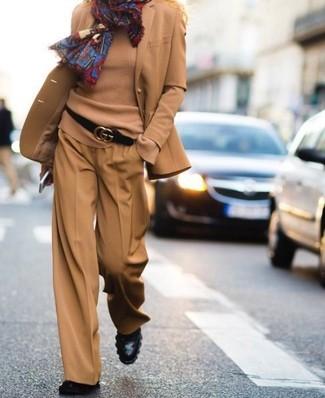 Cómo combinar: blazer de lana marrón claro, jersey con cuello circular marrón claro, pantalones anchos marrón claro, botines de cuero negros