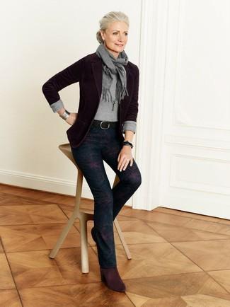 Cómo combinar: blazer burdeos, jersey con cuello circular gris, pantalones pitillo con print de flores azul marino, botines de ante burdeos