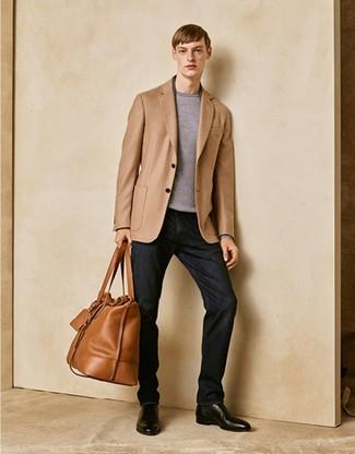 Cómo combinar: blazer marrón claro, jersey con cuello circular gris, vaqueros negros, botines chelsea de cuero negros
