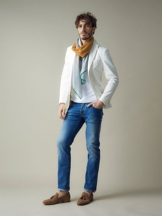Cómo combinar: blazer blanco, jersey con cuello circular blanco, vaqueros azules, mocasín con borlas de ante marrón