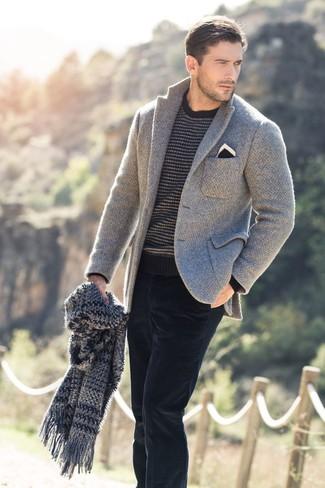 Cómo combinar: blazer de punto gris, jersey con cuello circular de rayas horizontales en gris oscuro, vaqueros de pana negros, pañuelo de bolsillo en negro y blanco