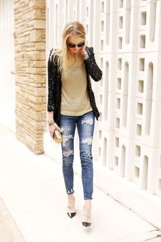 Cómo combinar: blazer de lentejuelas negro, jersey con cuello circular dorado, vaqueros pitillo desgastados azules, zapatos de tacón de cuero con tachuelas negros