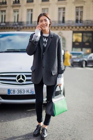 Cómo combinar: blazer de lana en gris oscuro, jersey con cuello circular de grecas alpinos blanco, vaqueros pitillo azul marino, zapatos oxford de cuero negros