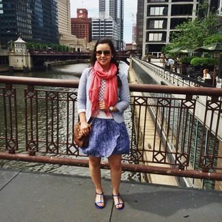 Cómo combinar: blazer celeste, jersey con cuello circular blanco, vestido skater de lentejuelas azul, sandalias planas de cuero azules