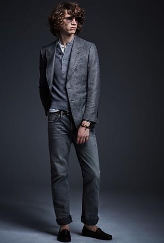 Cómo combinar: blazer gris, jersey con cuello henley gris, camiseta henley blanca, vaqueros grises