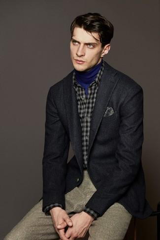 Cómo combinar: blazer de lana en gris oscuro, jersey de cuello alto azul, camisa de manga larga de franela a cuadros gris, pantalón de vestir de lana en beige