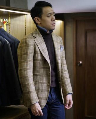 Cómo combinar: blazer de tartán marrón claro, jersey de cuello alto en marrón oscuro, camisa de manga larga de cambray celeste, vaqueros azul marino
